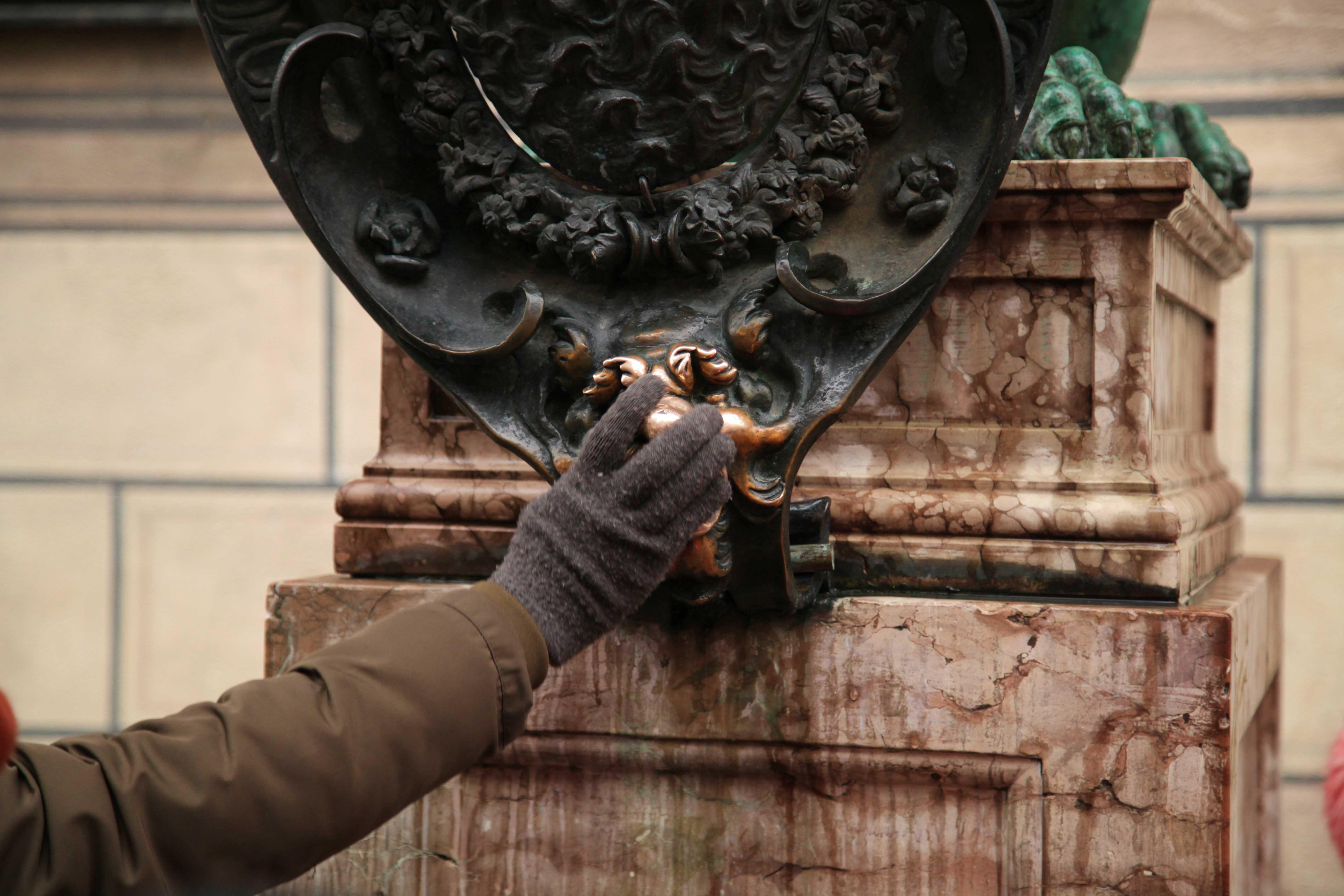 德國.海德堡、慕尼黑|看到銅像別亂抓 摸乳、抓手、搧嘴巴意義大不同