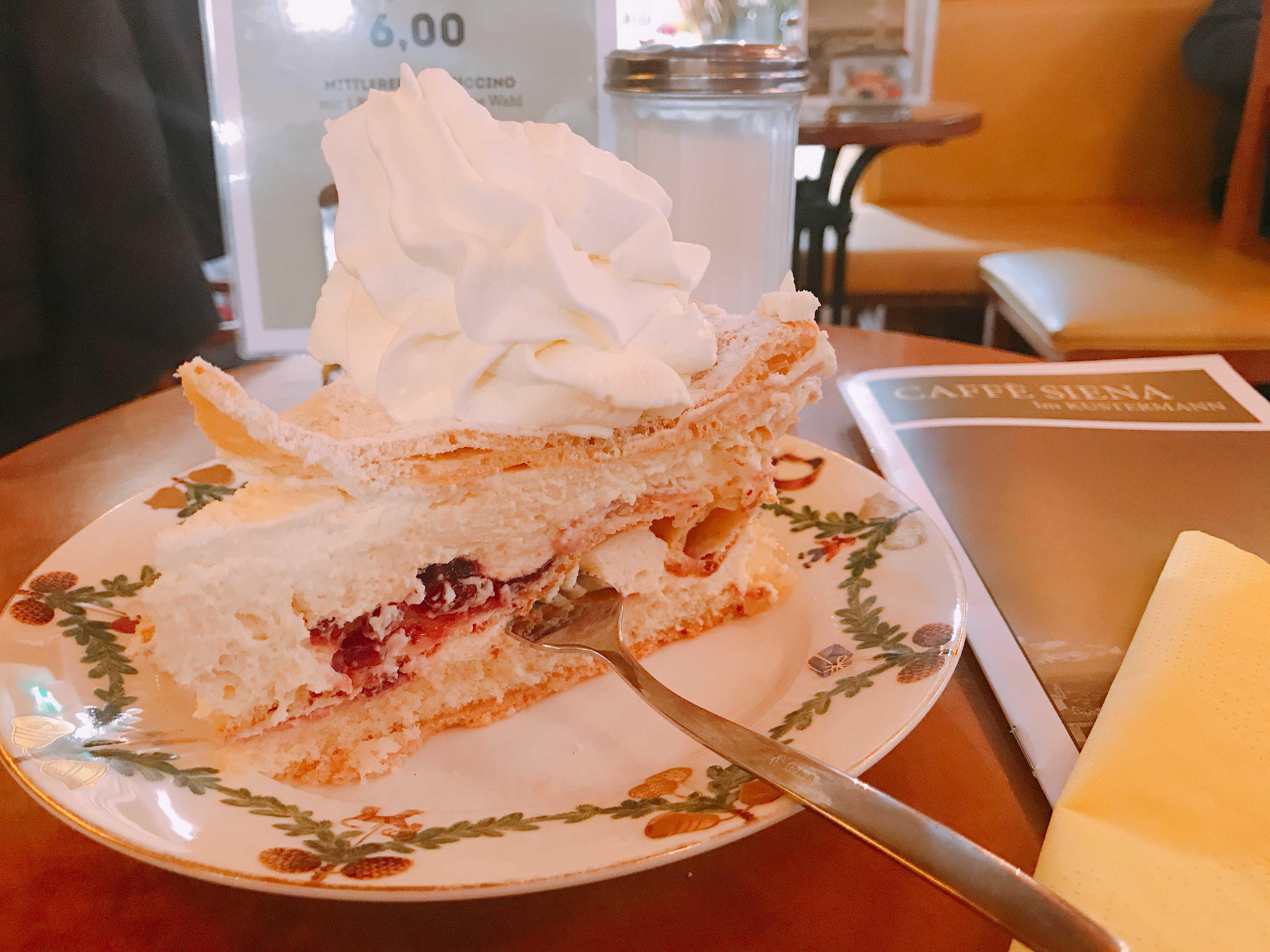 德國.慕尼黑|連Google Map都找不到 藏身高級百貨、又大又美味的阿嬤級咖啡廳
